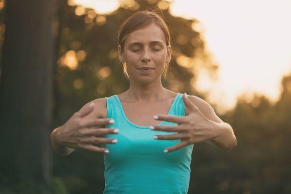 Le Qi Gong est une succession de mouvements lents et fluides en accord avec la respiration.