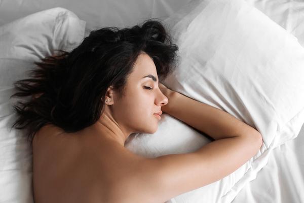 Pourquoi dormir nu ? 9 avantages à dormir sans pyjama